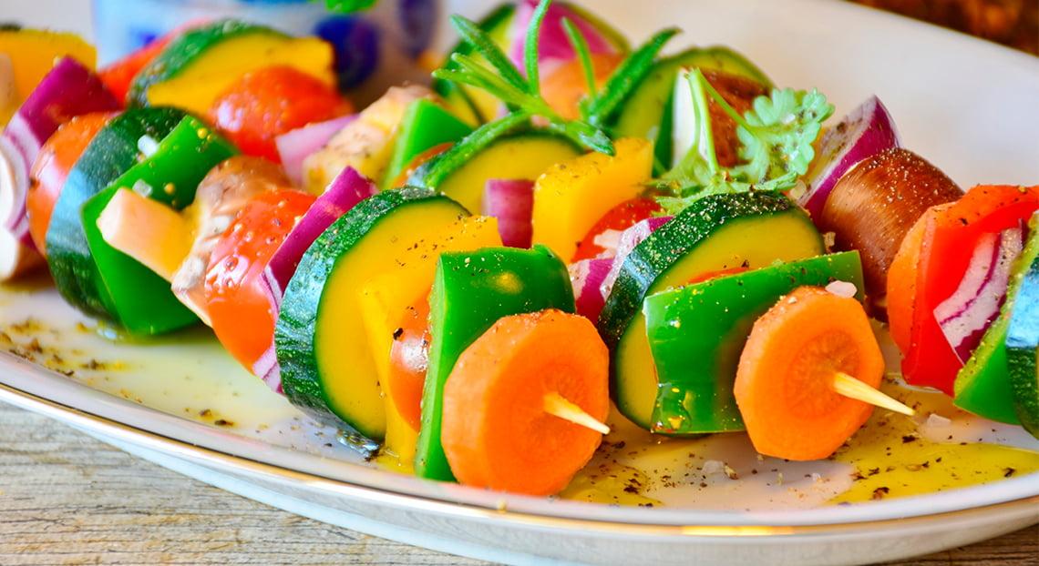 brochetas de verdura con cabritillo